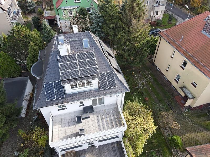 panele fotowoltaiczne na dachu w domu jednorodzinnym
