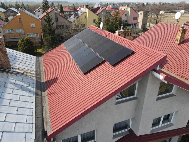 panel solarny na dachu